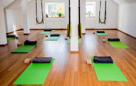 Wiele osób rozpoczynając swoją praktykę jogi, obawia się i zastanawia nad tym czy w szkole jogi trzeba się zachowywać jakoś inaczej?